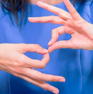 A partir de diciembre los programas de TV abierta deberán tener subtítulos y lenguaje de señas