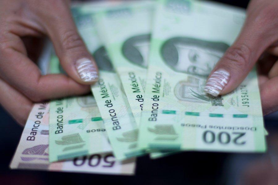 MÉXICO, D.F., 31DICIEMBRE2011.- Dinero contado en un comercio. Los expertos financieros recomiendan a los trabajadores que aparten un poco del dinero del aguinaldo para los primeres meses del año en donde el circular es más escazo y así poder llevar de mejor forma sus finanzas en la llamada cuestas de enero. FOTO: MOISÉS PABLO/CUARTOSCURO.COM