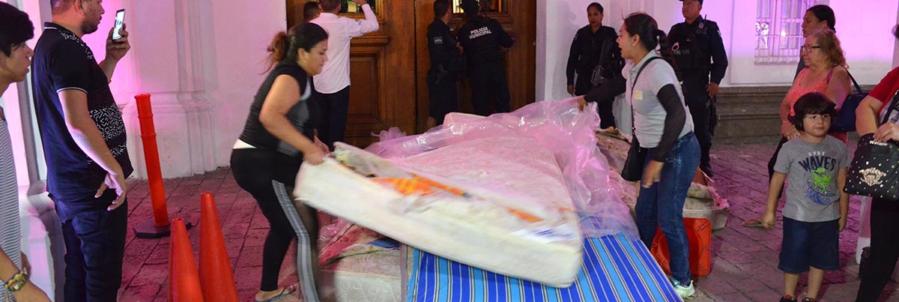 Amas de casa damnificadas arrojan colchones usados al Ayuntamiento de Culiacán