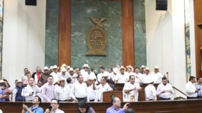 Truenan sesión | Agricultores convocados por el PRI toman la tribuna del Congreso