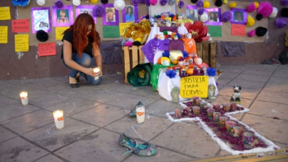 Instalan ofrenda en memoria de mujeres asesinadas en Sinaloa