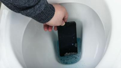 ¿En el celular o en el excusado? | Estudio revela dónde hay más bacterias