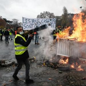 Por temor a más protestas, gobierno francés anuncia eliminación de impuestos a combustibles, electricidad y gas