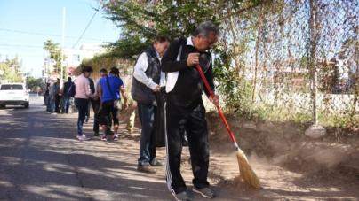 Estrada Ferreiro y funcionarios municipales toman escoba y se suman a bridagas de limpieza