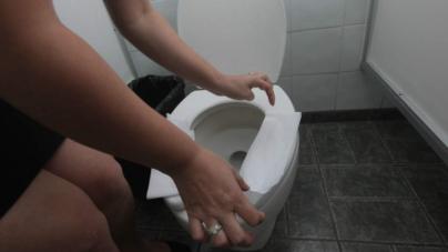 Ni de 'aguilita' te salvas | ¿Qué enfermedades podrías contraer en un baño público?