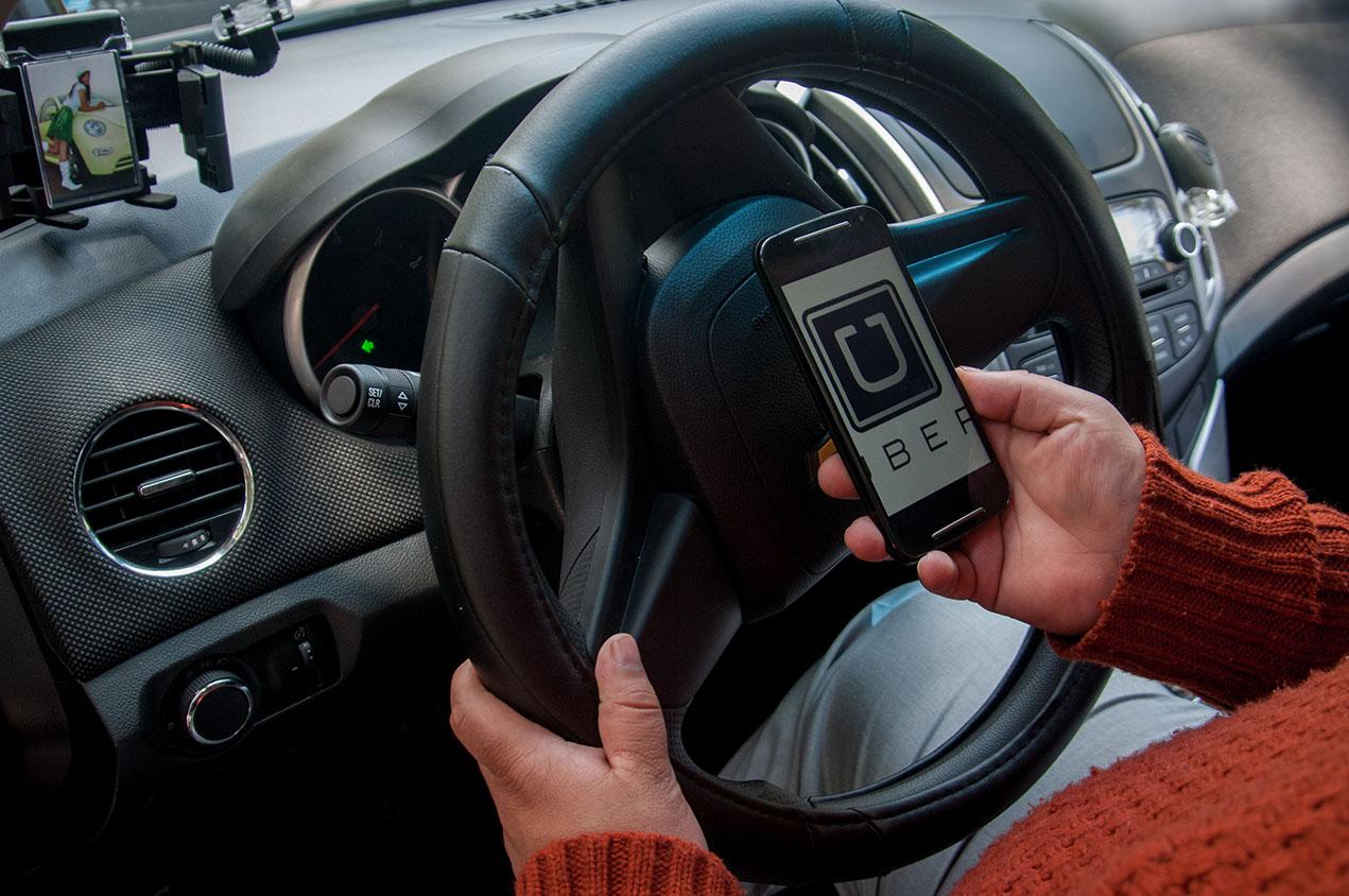 MÉXICO, D.F., 30JULIO2015.- A través de la geolocalización, un chofer de Uber espera conectar a un cliente en la zona de la colonia Condesa. Uber es una empresa internacional que proporciona a sus clientes una red de transporte por medio de una aplicación móvil. El usuario debe descargar la app y luego de registrarse debe permitirle encontrar su ubicación al chofer más cercano a través del GPS. FOTO: DIEGO SIMÓN SÁNCHEZ /CUARTOSCURO.COM