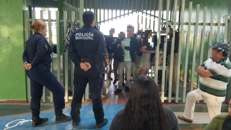 Mochila segura | Policía supervisa revisión de mochilas a alumnos del Cobaes