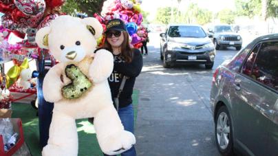 Amor culichi | Globos, dulces y peluches gigantes forman 'Tianguis del amor' en el Malecón Nuevo