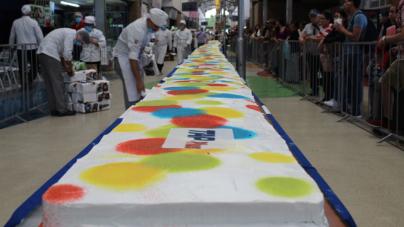 Central de autobuses celebra 18 años de servicio con pastel de 40 metros