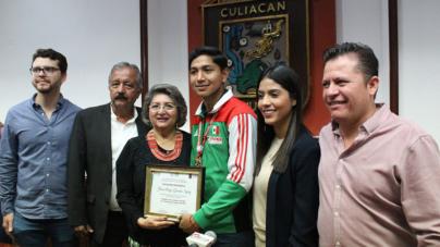 Entrega Ayuntamiento reconocimiento a parataekwondista sinaloense