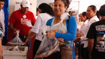 DIF Sinaloa entrega pescado a familias de colonias populares