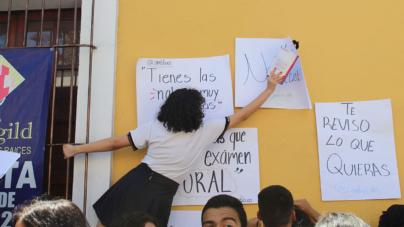 ¡No más acoso! | Protestan alumnos de la UAS frente a la preparatoria Flores Magón