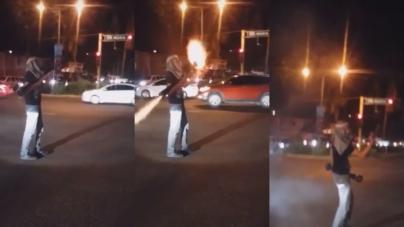 """Joven encapuchado dispara cohetes """"chanateros"""" desde una bazuca en Las Quintas"""