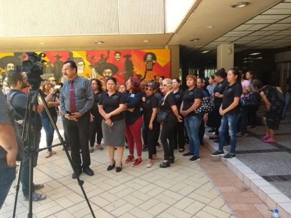 Viudas de policías se plantan en Palacio de Gobierno; piden se cumpla con pensión y becas