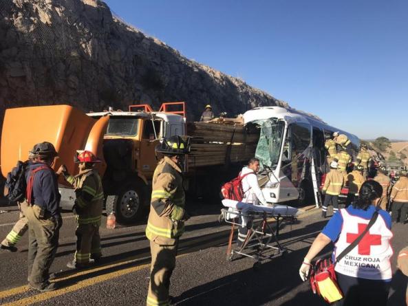 Autobús choca en la Mazatlán-Durango; suman 6 muertos y notifican cierre total de la supercarretera