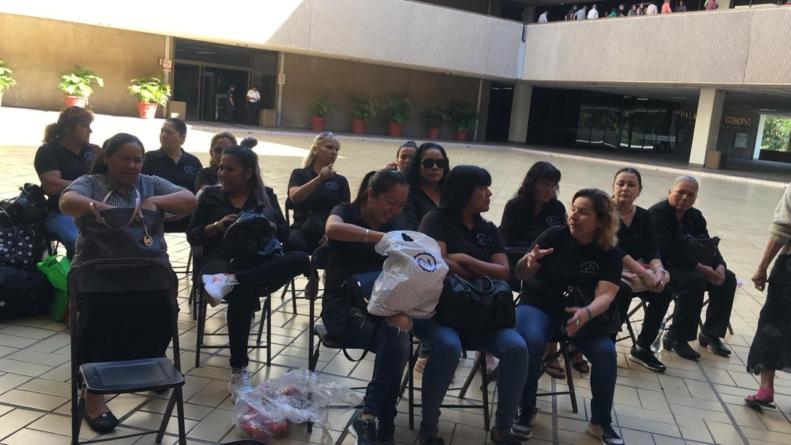 Vuelven viudas de policías a Palacio de Gobierno; no les cumplen con becas ni pensión