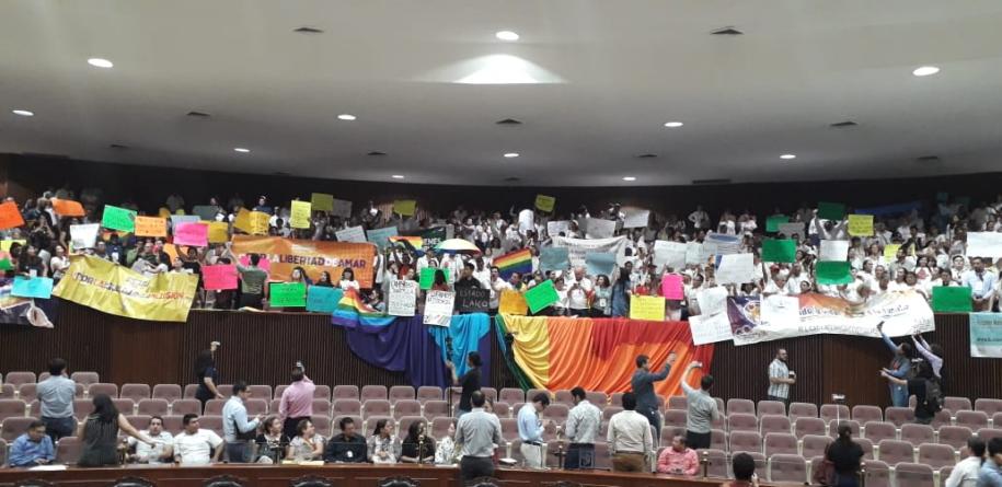 Chocan religiosos y comunidad LGBT en Congreso de Sinaloa por matrimonio igualitario