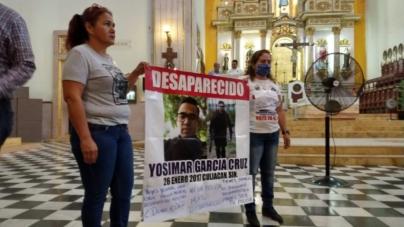 Madres y esposas de policías caídos y desaparecidos se cuelan a misa para festejar el Día del Policía