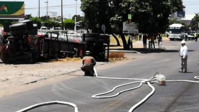 Miles son evacuados tras volcadura de pipa de Pemex en El Palmito