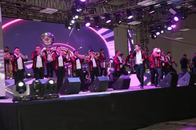 Con música de Calibre 50, sociedad civil festeja a policías de Sinaloa