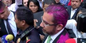 En manifestación por policías violadores, pintan de rosa a secretario de seguridad de la CDMX