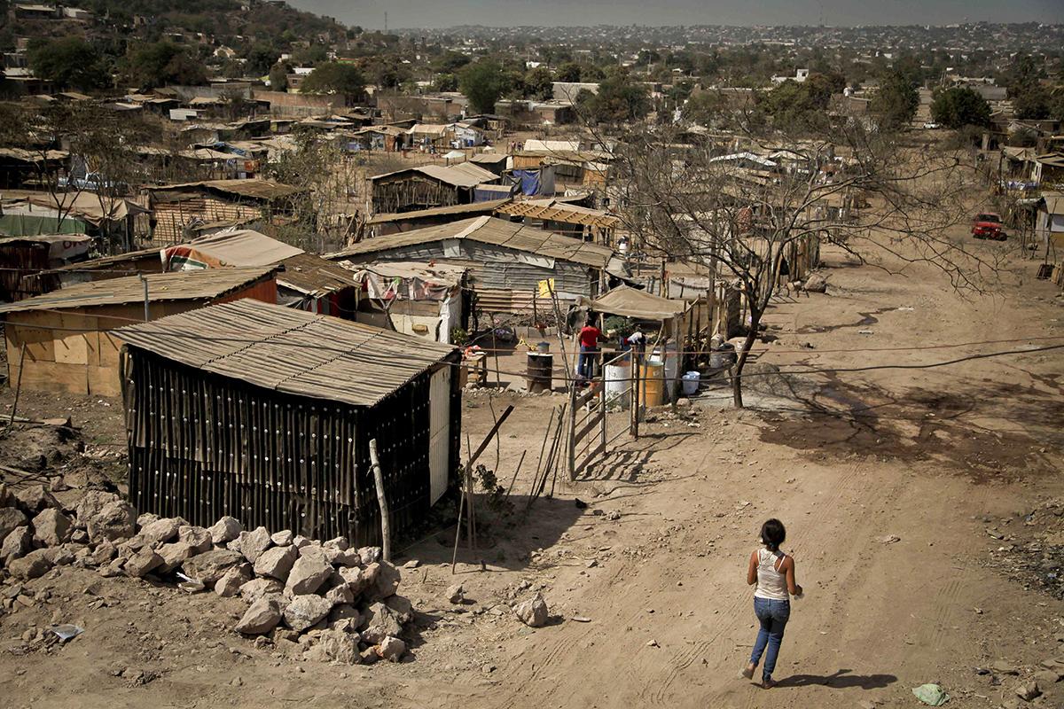 CULIACAN, SINALOA, 07MARZO2013: Alrededor  de 300 familias de la Colonia ampliación 5 de febrero piden la oportunidad de comprar los terrenos que han ocupado desde hace ya varios meses. Las condiciones son precarias, casas echas de laminas de carton y madera sin servicios básicos que se ha convertido en su vivienda. La pobreza obliga a las personas a invadir terrenos que no son de su propiedad con temor de que sean desalojados por el dueño del terreno. FOTO: RASHIDE FRIAS /CUARTOSCURO.COM