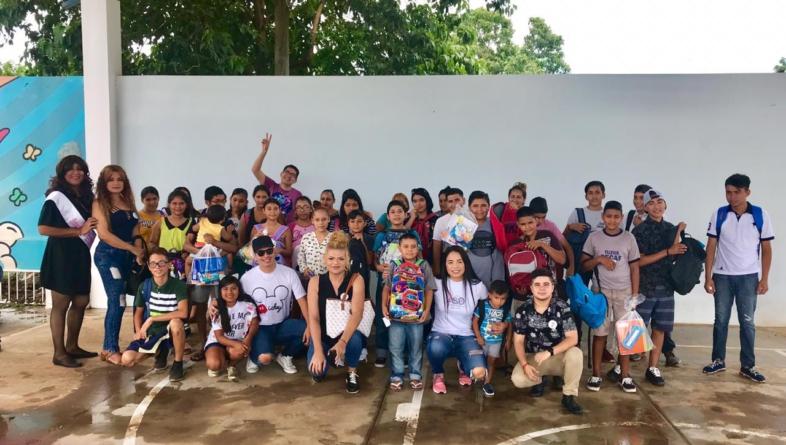 Colectivo Inclusión | Activistas LGBT+ 'adoptan' niños en este regreso a clases