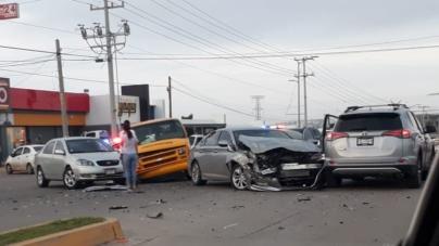 ¡Urgen señalamientos! | Carambola de vehículos deja a niños lesionados en carretera a Imala