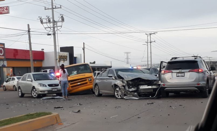 ¡Urgen señalamientos!   Carambola de vehículos deja a niños lesionados en carretera a Imala