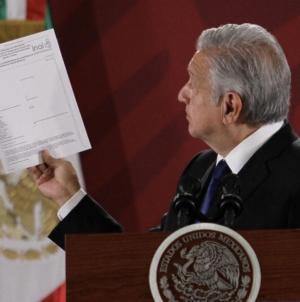 """Solicitan al INAIconstancia de salud física y mental de AMLO;""""estoy al 100"""", responde el presidente"""