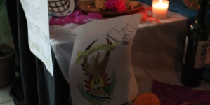Descanse en paz | Alumnos de la Facultad de Filosofía y Letras hacen altar a la 'muerta' democracia en la UAS