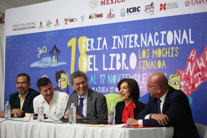 Recibe Élmer Mendoza el Premio Letras de Sinaloa