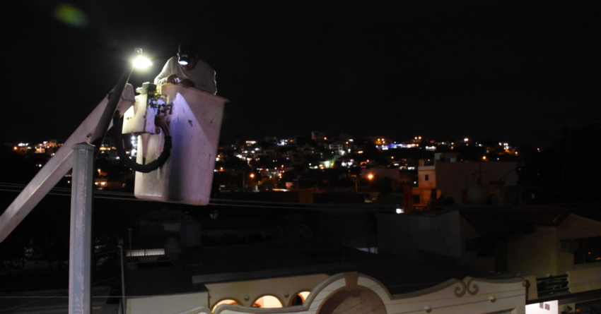 Tras una larga espera, inicia instalación de lámparas LED en Culiacán