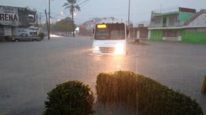 Lluvias por Frente Frío 18 paralizan a Mazatlán y afectan sindicaturas de Culiacán