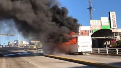 ¡Camión en llamas!   Cortocircuito pone en riesgo a usuarios de ruta Huizaches