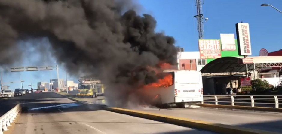 ¡Camión en llamas! | Cortocircuito pone en riesgo a usuarios de ruta Huizaches
