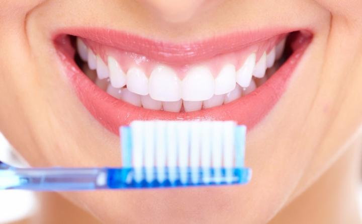 Lavarte los dientes no solo le hace bien a tu sonrisa, también a tu corazón