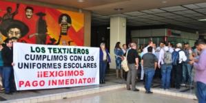 Uniformes escolares gratuitos | Textileros se manifiestan, se les adeudan 100 millones de pesos