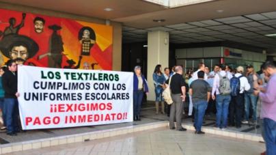 Uniformes escolares gratuitos   Textileros se manifiestan, se les adeudan 100 millones de pesos