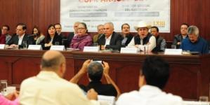 Entre paleros, protestas y las mismas preguntas transcurren 3 horas de comparecencia de funcionarios