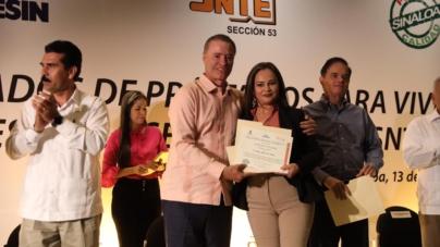 Tras 20 años suspendidos, gobernador entrega créditos para vivienda a maestros del SNTE 53
