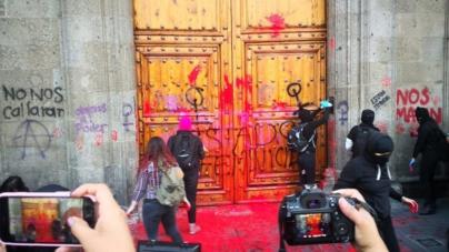 #TodasPorIngrid | Feministas se manifiestan frente a Palacio Nacional