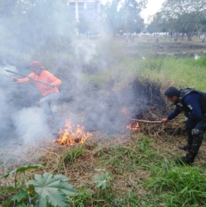 Policías sofocan incendio en Parque Las Riberas