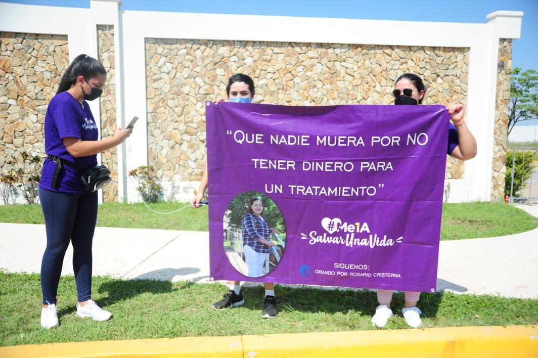 Las hijas de Rosario Cristerna se manifestaron a las afueras de Álamo Grande. FOTO: Rolando Carvajal/ESPEJO.
