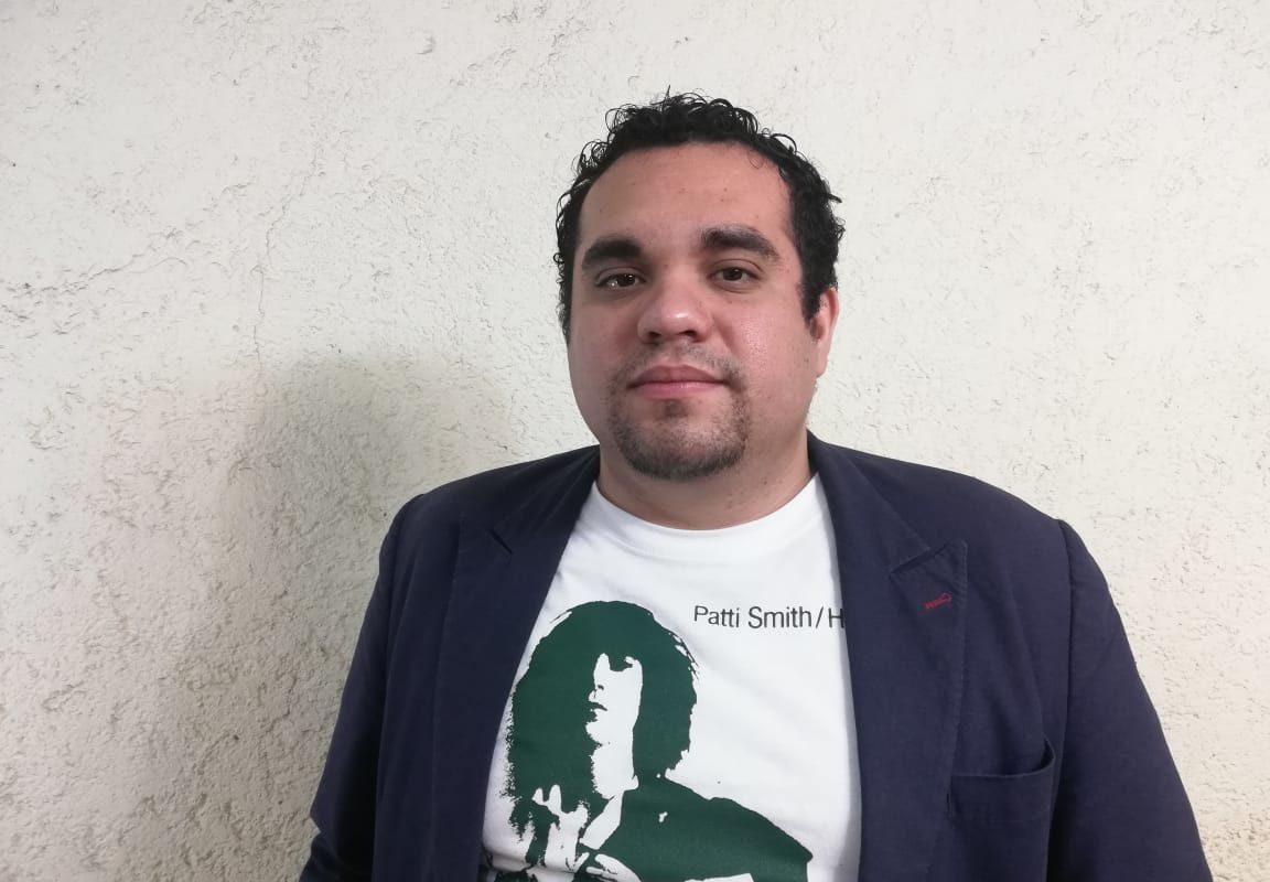 El escritor Sergio Ceyca con una playera de Patti Smith. FOTO: Cortesía.