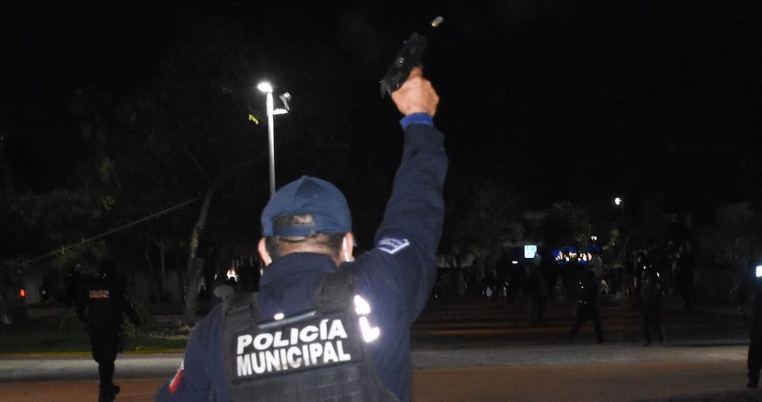 CANCÚN, QUINTANA ROO, 09NOVIEMBRE2020.- Mujeres protestaron por el feminicidio de Vianca Alejandría, las inconformes realizaron pintas en el edificio del gobierno local pero fueron agredidas por policías que salieron del lugar haciendo disparos al aire, se habla de una persona herida, varias de las manifestantes fueron detenidas. FOTO: ELIZABETH RUIZ/CUARTOSCURO.COM