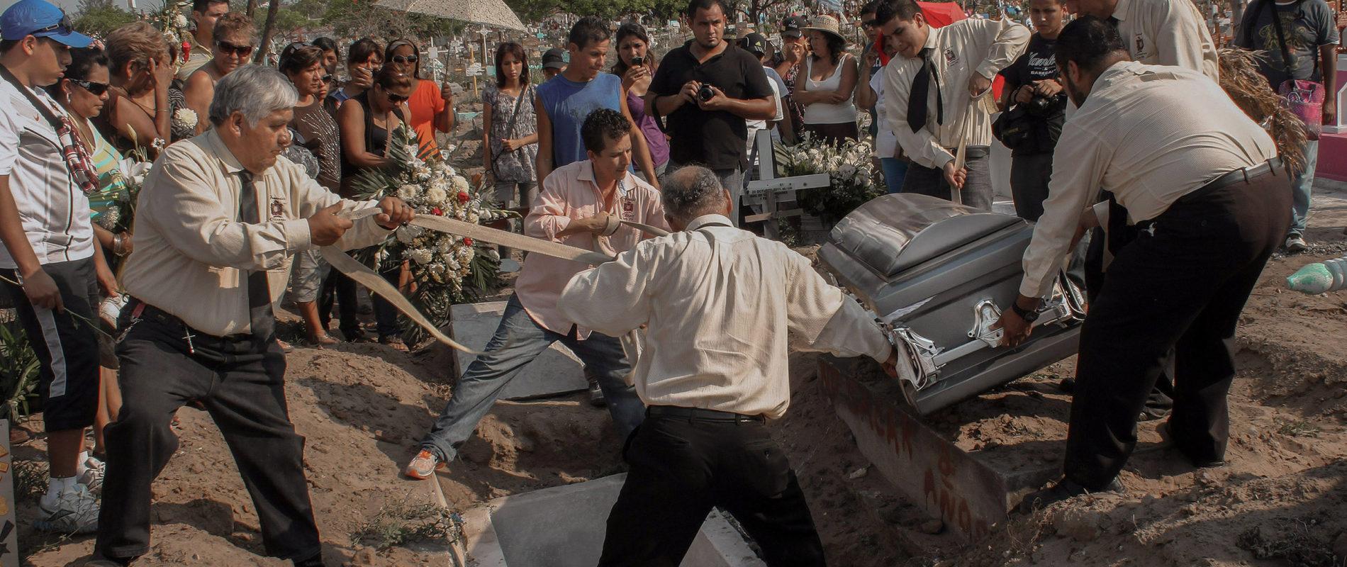 Sepelio de los fotoperiodistas Gabriel Huge y Guillermo Luna en el panteón municipal de la ciudad de Veracruz, México, el 04 de Mayo del 2012. Foto: Félix Márquez