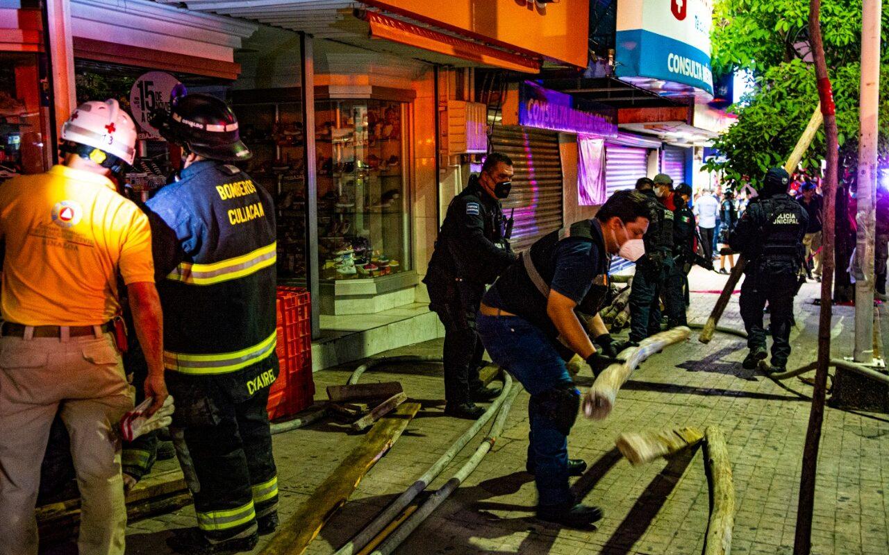 Personal de bomberos, protección civil y Cruz Roja rescatan a personas atrapadas entre los escombros luego del colapso del techo de una zapatería en el centro de Culiacán. FOTO: Ayuntamiento de Culiacán.