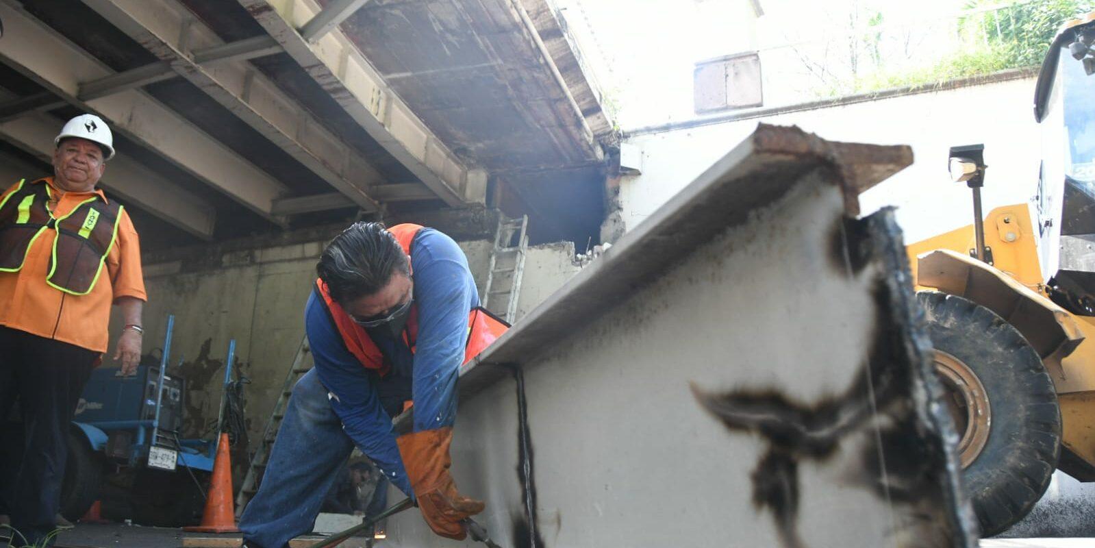 Trabajadores del Ayuntamiento reemplazan viga de acero en puente Hidalgo en el centro de Culiacán. FOTO: Leo Espinoza.