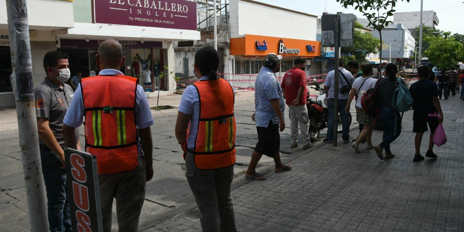 Zapatería en el centro de Culiacán se mantiene cerrada luego del colapso de techo que dejó como saldo a una mujer fallecida y varios heridos. FOTO: Espejo.